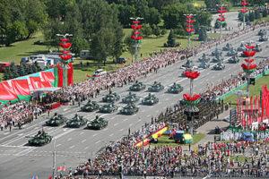 Военный парад в честь Дня Независимости прошел в Минске В военном параде в честь Дня Независимости в столице приняли участие более 3,7 тыс. военнослужащих, свыше 220 единиц техники, 32 самолета и вертолета. На снимке: на военном параде. Фото Александра Дидевича, БелТА.